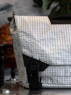 Parallax Messenger Bag 15L SE : D40X Silver